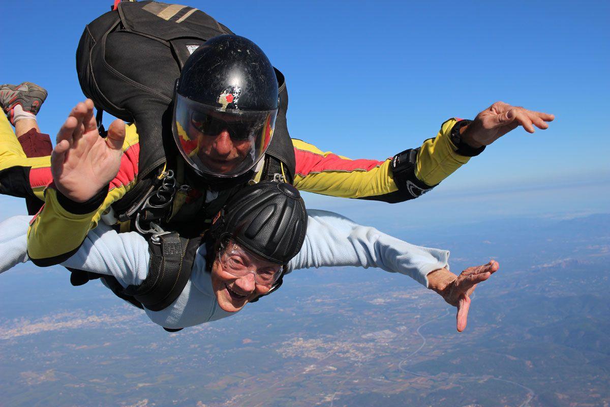 Saut en parachute à plus de 80 ans... c'est possible... et c'est bien ! Actualité - Atlas Parachutisme